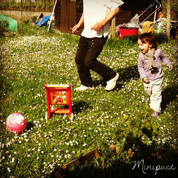 football-petite-fille-herbe-printemps-nature.jpg