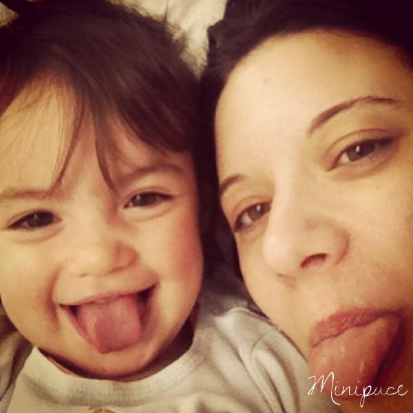 maman-et-enfant-tire-la-langue