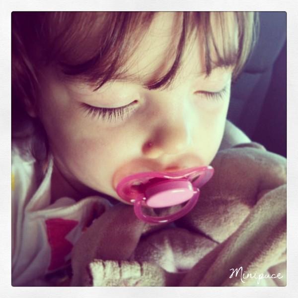 enfant-yeux-fermes-dort-dodo-tetine.jpg