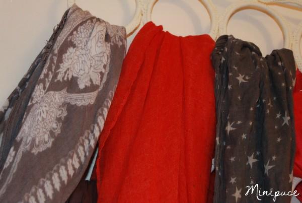 foulard-etoile-marchand-d-etoiles-gris-blanc-rouge-devred.jpg