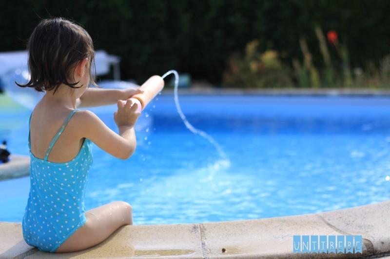 enfant jeux d'eau piscine