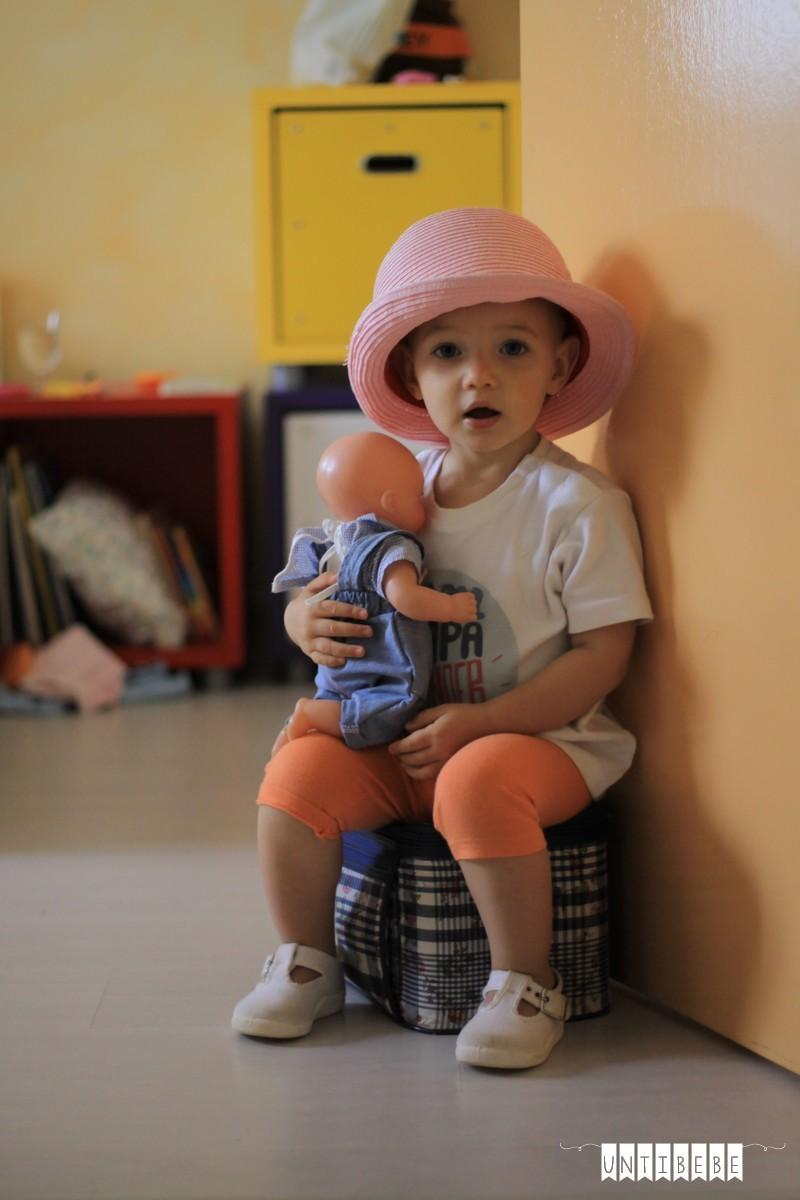 enfant joue a la poupée deguisé