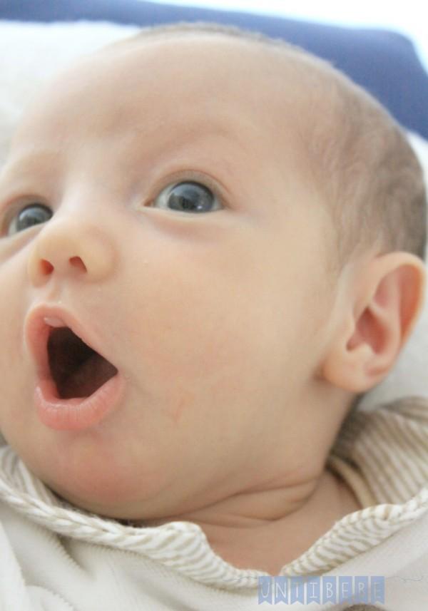 bebe fait oh avec la bouche etonné. combien coute un bébéjpg