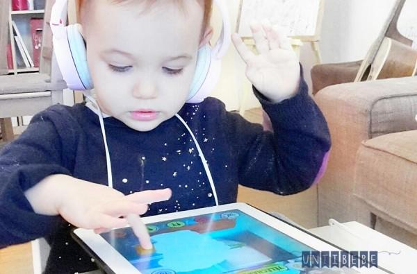 enfant joue tablette ipad dj casque rose