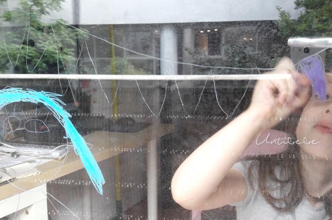 enfant dessin sur les vitres