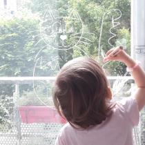 sans enfant dessine sur vitres