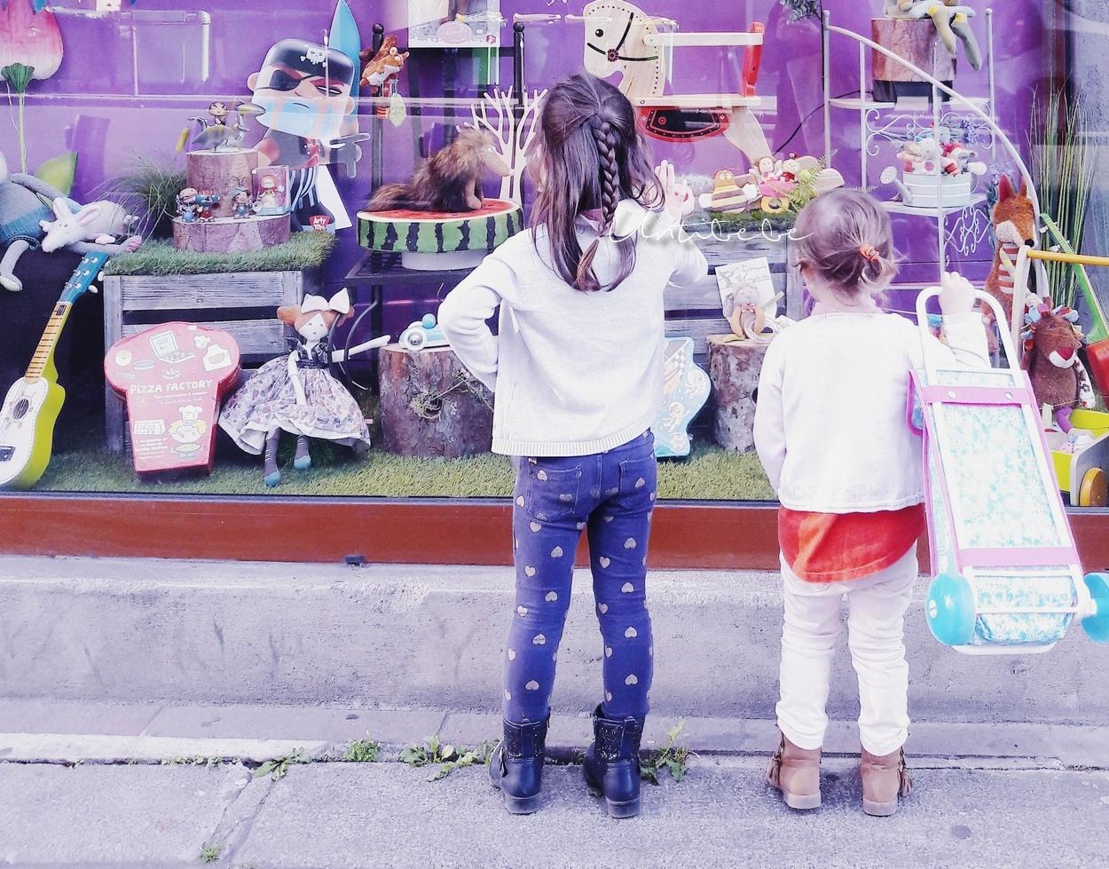 fillettes-devant-vitrine-jouets