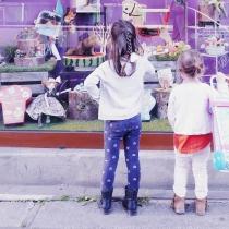 fillettes-devant-vitrine-jouets-vignette
